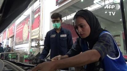 mujeres trabajando concentradas bilaketarekin bat datozen irudiak